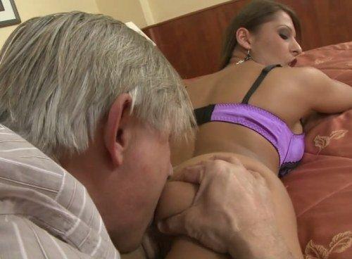 Порно молодая любит развлекаться с мужиками фото 243-584